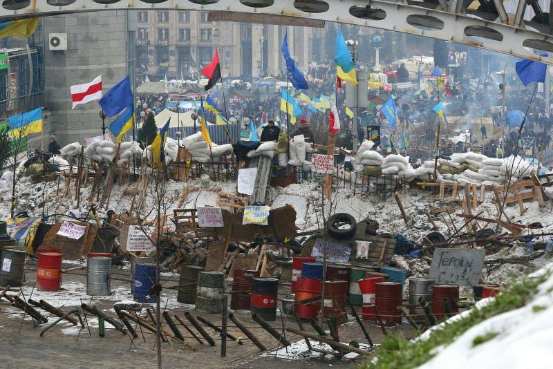 L'Ucraina, Kiev, il Maidan Città della tenda, barriere nel quadrato fotografia stock