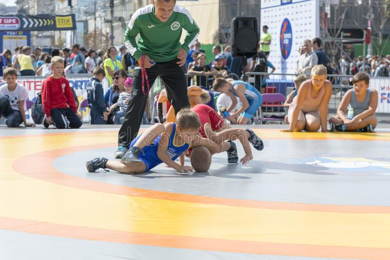 L'Ucraina, Kiev, Ucraina 09 09 2018 ragazzi sul tatami della via si sono impegnati nel lottare greco immagini stock libere da diritti