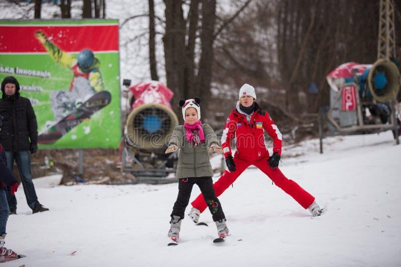 L'Ucraina, Kiev stazione sciistica Protasov Yar 25 gennaio 2015 Il pendio dello sci nel centro urbano Scuola dello sci per i bamb immagine stock