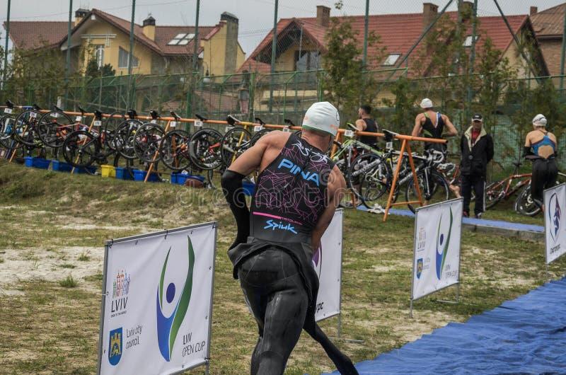 L'UCRAINA, LEOPOLI - SETTEMBRE 2018: L'atleta funziona nell'area di transito dopo la navigazione alla bici durante la concorrenza fotografie stock libere da diritti