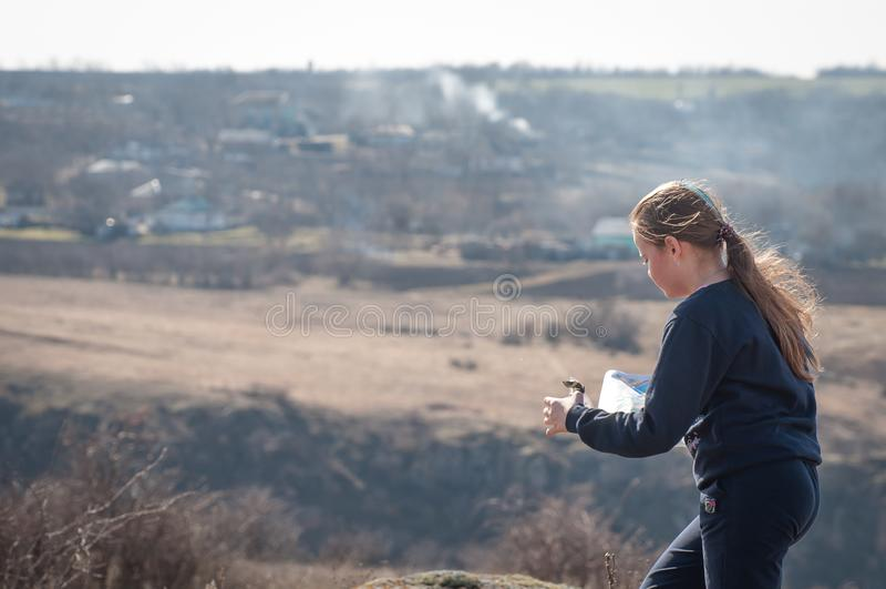 L'Ucraina, regione di Mykolaiv - 9 marzo 2019: orienteering Ragazza dell'adolescente dell'atleta ad una distanza di concorrenza immagini stock libere da diritti