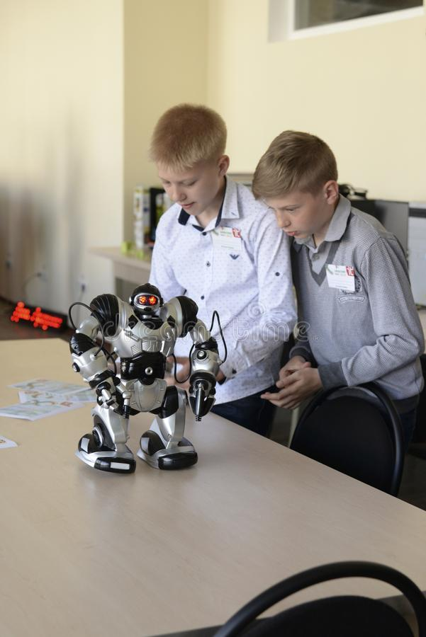 L'UCRAINA, SHOSTKA-MAY 12,2018: Gli scolari esaminano il robot la mostra nel centro dell'IT fotografia stock libera da diritti