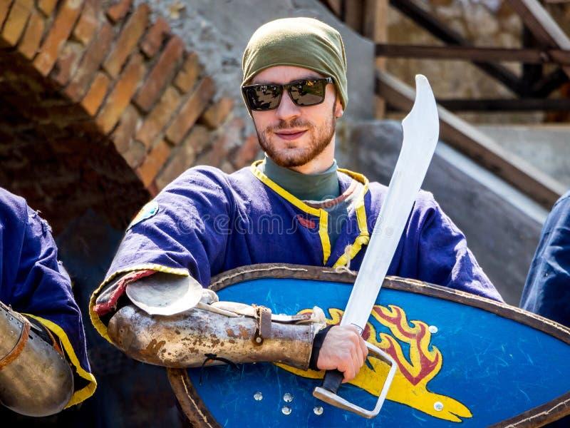 l'ucraina Staroskonstantinov agosto 2018 Un uomo che indossa un medieva fotografia stock libera da diritti