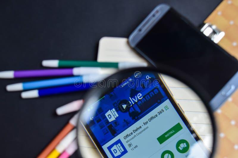 L'ufficio ricerca - per l'ufficio 365 App con l'ingrandimento sullo schermo di Smartphone fotografia stock libera da diritti