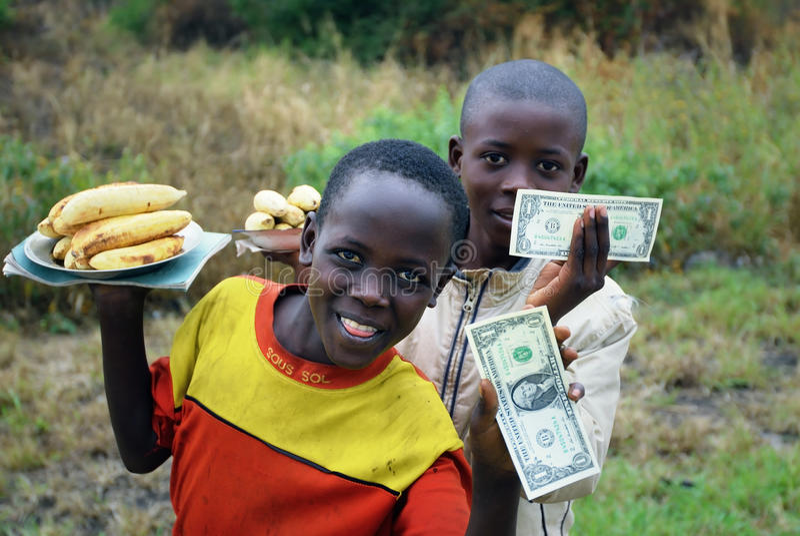 L'Uganda, giovani venditori delle banane fotografia stock