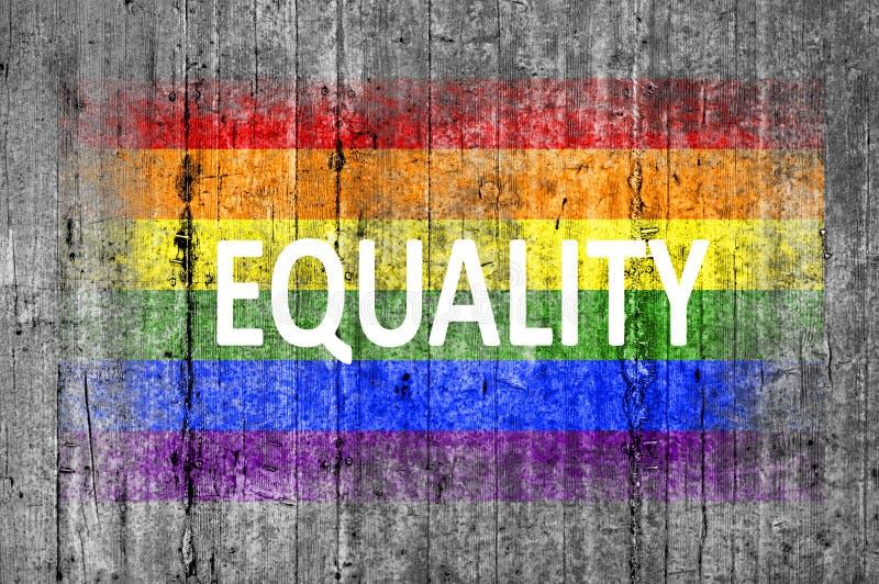L'uguaglianza e la bandiera di LGBT dipinta su fondo strutturano il calcestruzzo grigio fotografia stock libera da diritti