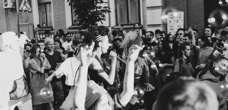 L'Ukraine, Kiev - 1er juin 2019 : Partie de bloc Kiev Les jeunes et à la mode adolescents marchent sur la rue principale de la cé photo stock