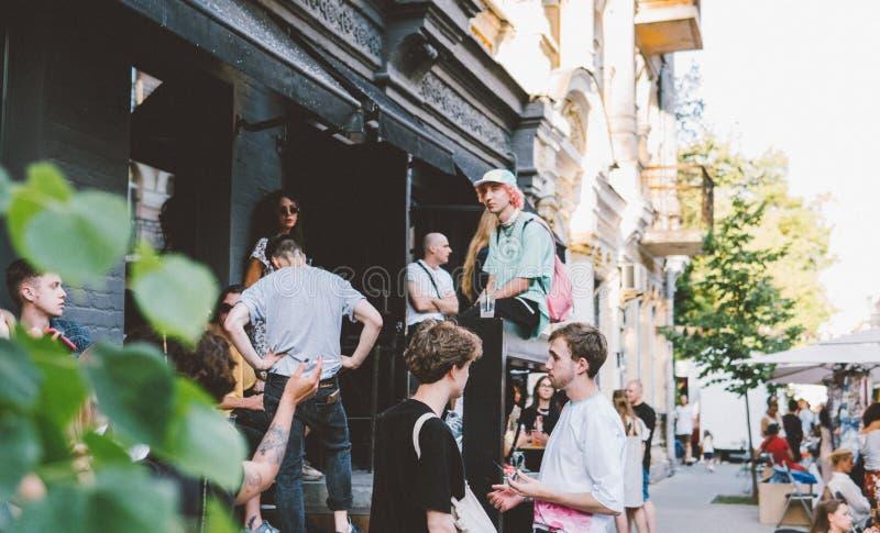 L'Ukraine, Kiev - 1er juin 2019 : Partie de bloc Kiev Les jeunes et à la mode adolescents marchent sur la rue principale de la cé images stock