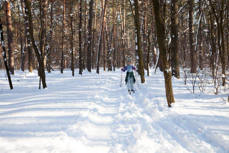 L'Ukraine, Kiev, forêt de ville en mars 2018 Reste actif de retraité Femme mûre passant des cieux le long du chemin forestier le  photos libres de droits