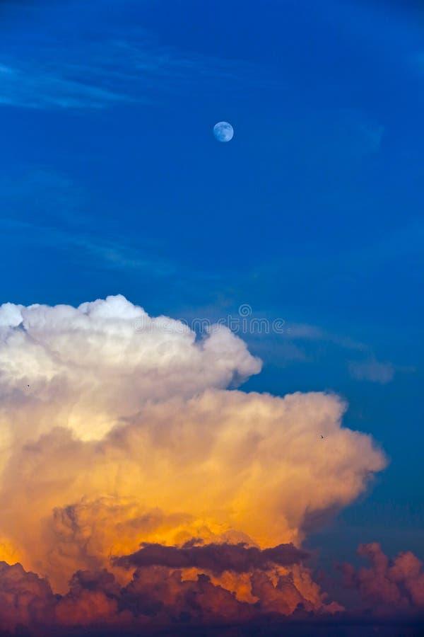 l'Ukraine, Kiev Le ciel bleu avec la lune et l'approche opacifient image stock