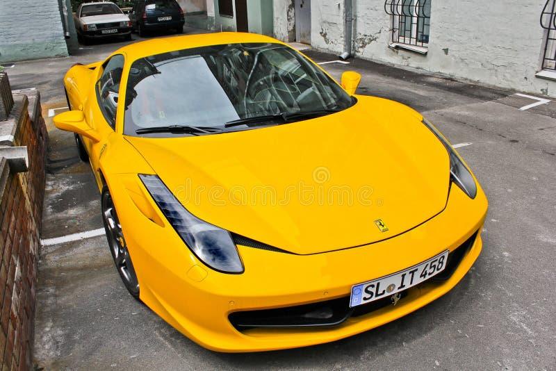 L'Ukraine, Kiev ; Le 5 octobre 2013 ; Ferrari 458 Italie Supercar jaune sur le fond des maisons images libres de droits