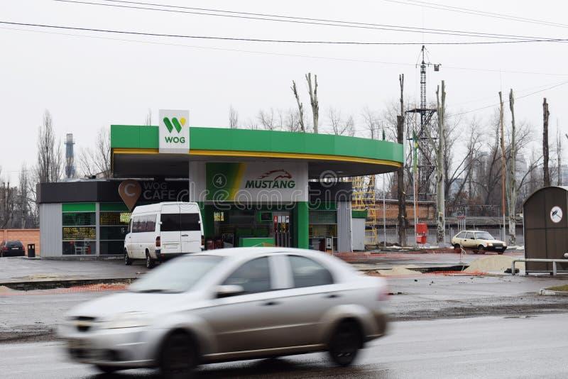 L'Ukraine, Kremenchug - mars 2019 : MÉTÈQUE de station service Voitures passant par dans la tache floue de mouvement occupée images libres de droits