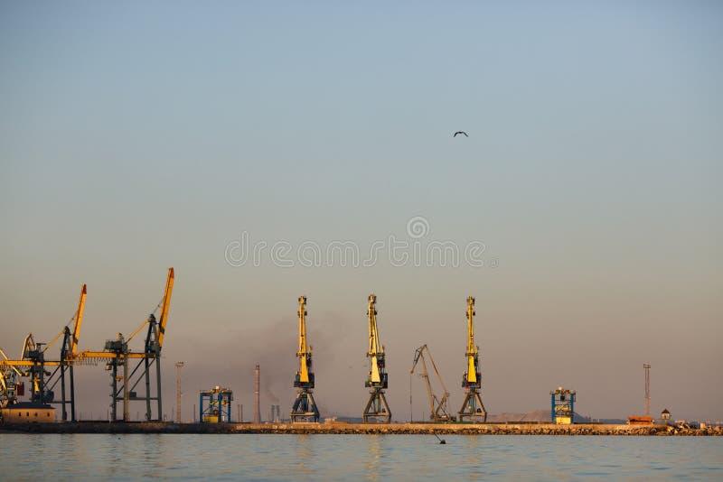 l'ukraine La belle vue de ci-dessus sur la ville de Mariupol a placé sur la côte de la mer d'Azov photos stock