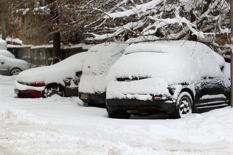 L'Ukraine, voitures couvertes de couche épaisse de neige, chutes de neige lourdes photographie stock