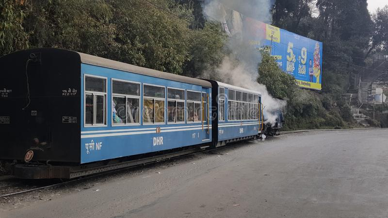 L'UNESCO a maintenu un du train de jouet de patrimoine mondial de Darjeelin qui est tiré par la machine à vapeur image stock