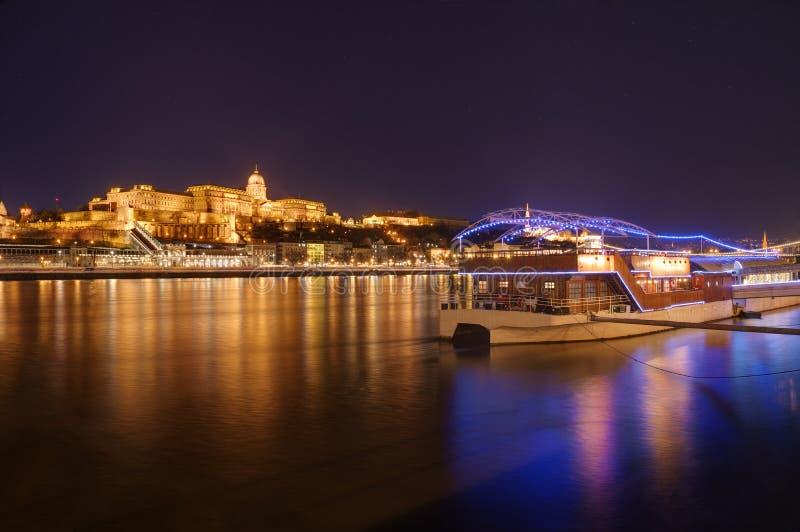 L'Ungheria, Budapest, castello Buda - immagine di notte fotografia stock libera da diritti