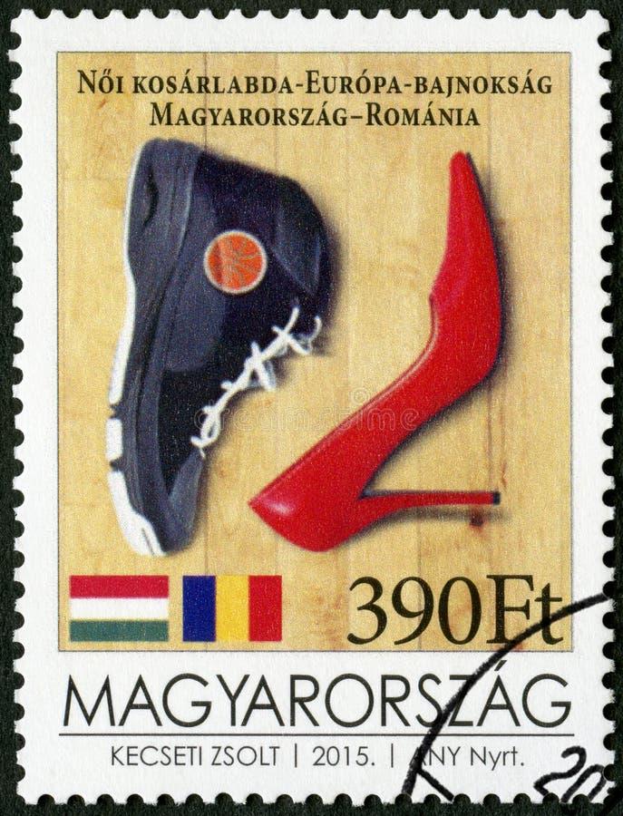 L'UNGHERIA - 2015: scarpa di pallacanestro di manifestazioni e una scarpa del tacco alto, campionato dell'europeo di pallacanestr immagini stock libere da diritti