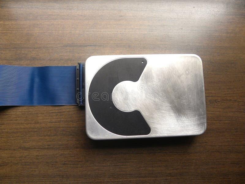 L'unité de disque dur en aluminium s'est reliée au connecteur du câble plat de câble photos libres de droits