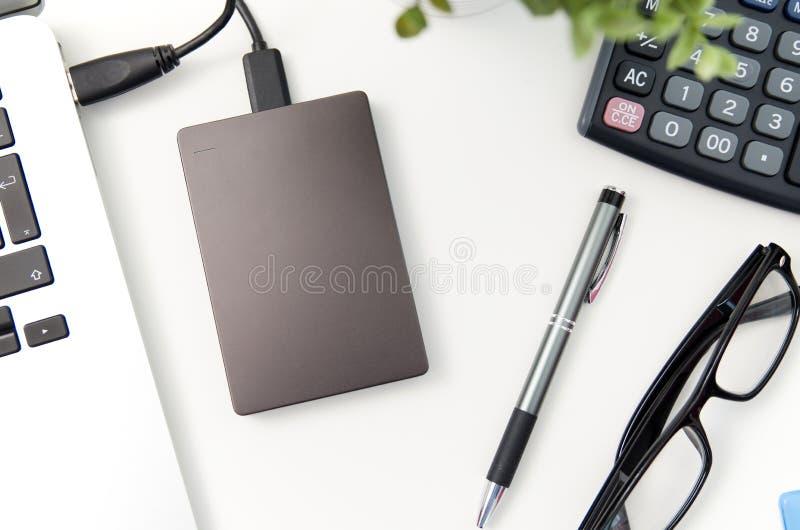 L'unité de disque dur externe de disque de sauvegarde s'est reliée à l'ordinateur portable photo stock
