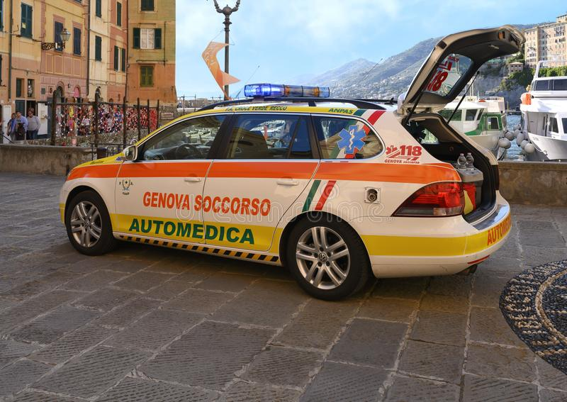 L'unité médicale actionnée par 118 Genoa Soccorso, a juste répondu à un homme vers le bas dans Camogli, Italie image libre de droits