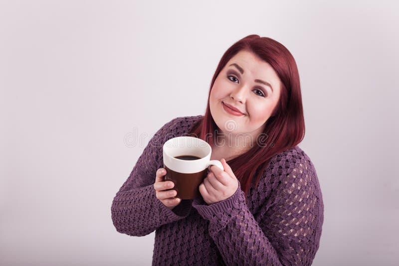 L'université jeune a vieilli la dame appréciant une tasse de café chaud photographie stock