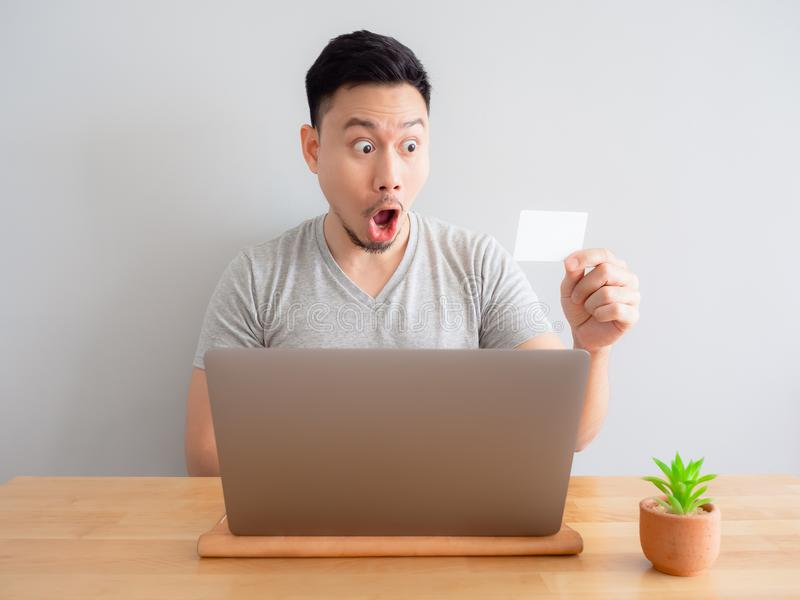 L'uomo è felice facendo uso della carta di credito per il pagamento digitale immagini stock libere da diritti