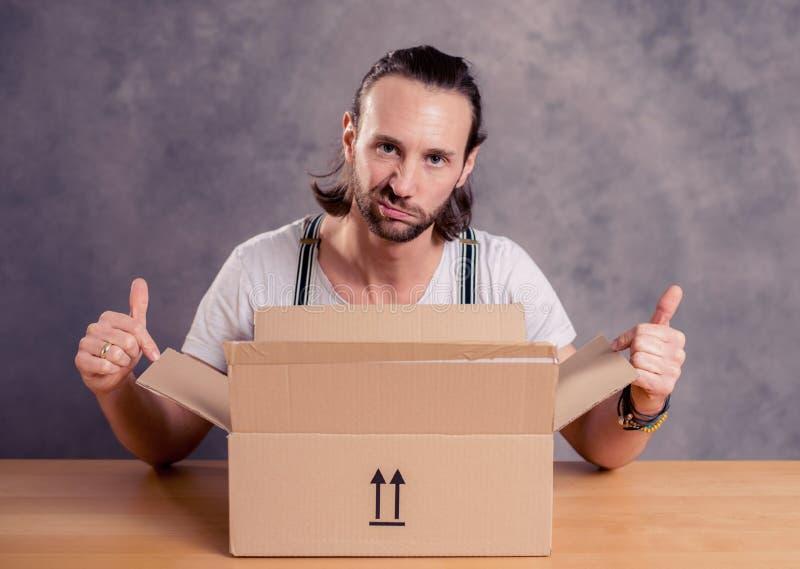 L'uomo è malcontento con la sua consegna fotografie stock