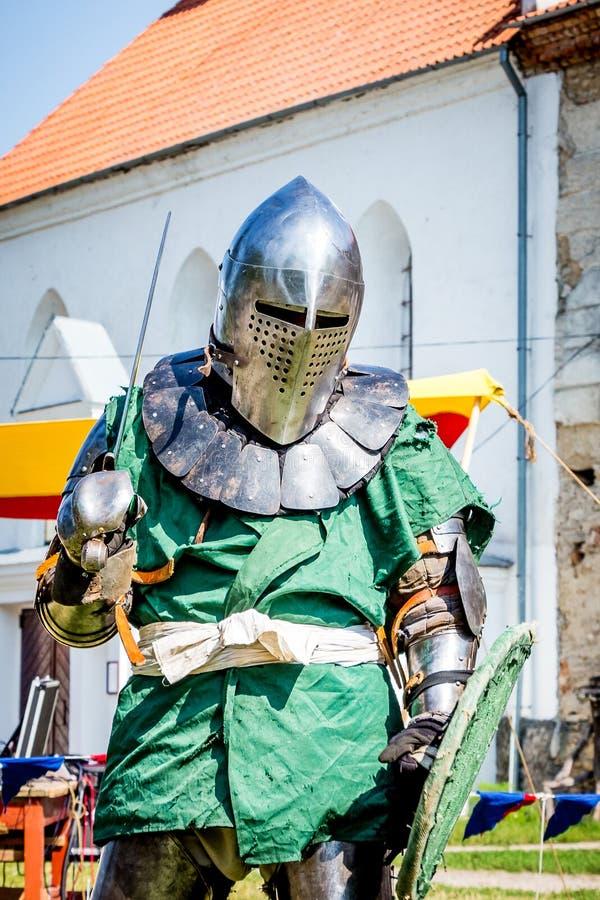 L'uomo è nel costume di un cavaliere medievale Il cavaliere medievale è pronto per battle_ immagini stock