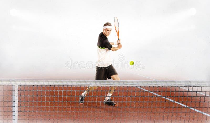 L'uomo è pronto a colpire la pallina da tennis fotografia stock libera da diritti
