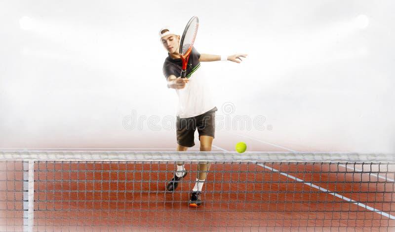 L'uomo è pronto a colpire la pallina da tennis immagine stock libera da diritti
