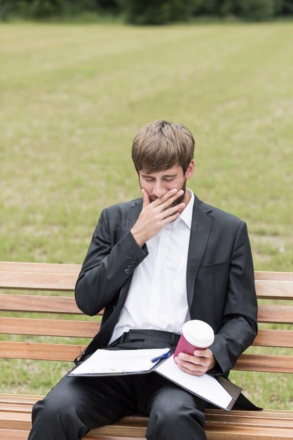L'uomo è stanco dopo lavoro fotografia stock libera da diritti