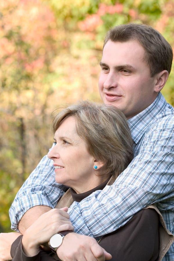 L'uomo abbraccia una donna fotografia stock
