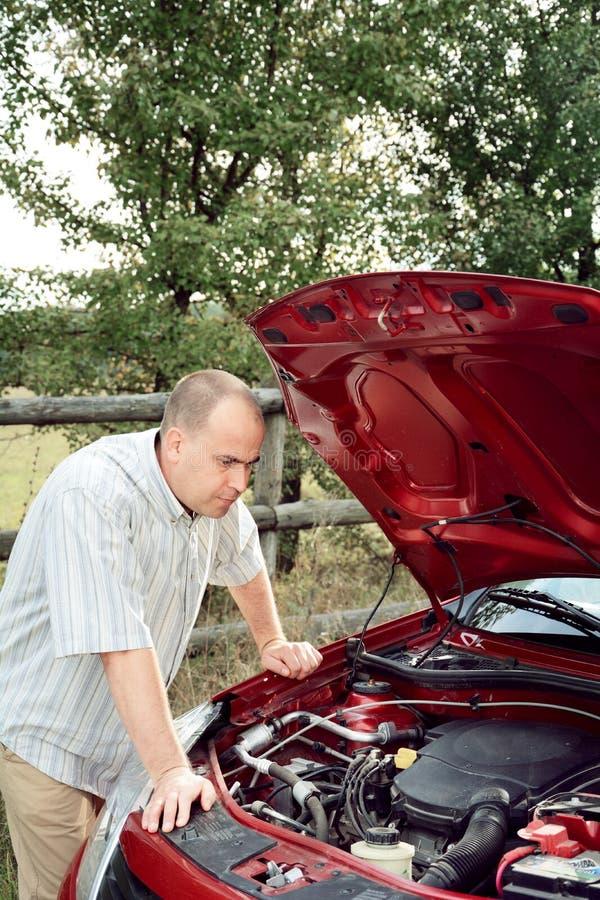 L'uomo adulto è automobile vicina diritta fotografie stock