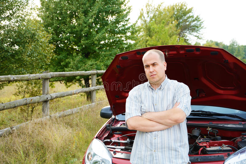 L'uomo adulto è automobile vicina diritta immagini stock