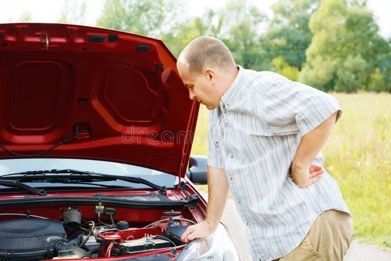 L'uomo adulto è automobile vicina diritta fotografia stock
