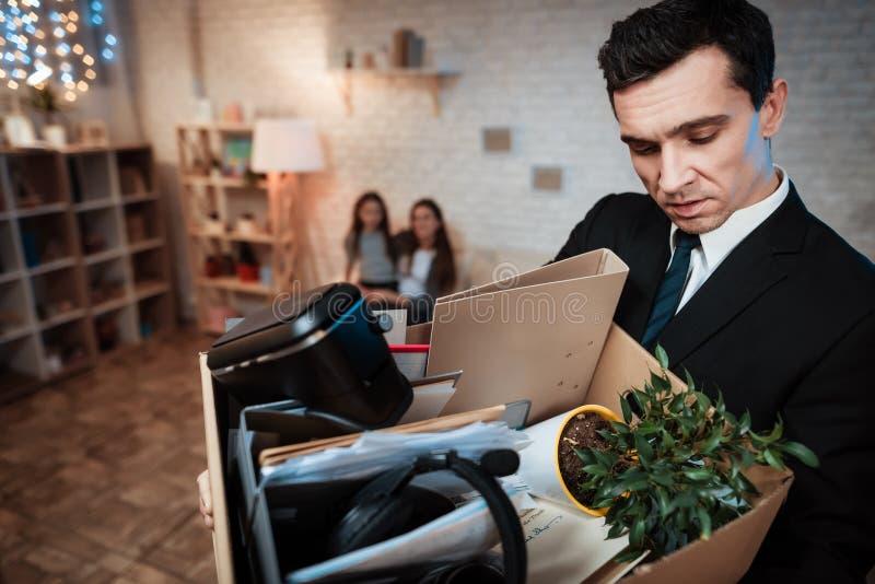 L'uomo adulto frustrato tiene la scatola delle cose L'uomo d'affari lascia la famiglia dalla casa fotografie stock libere da diritti
