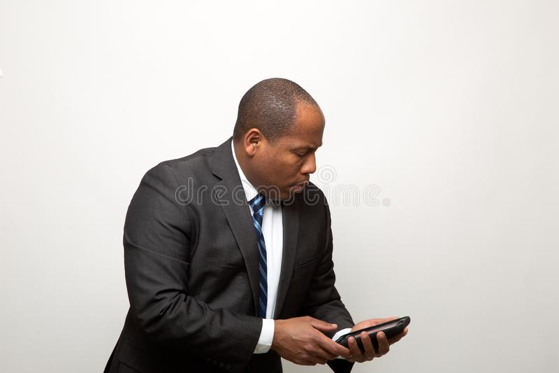 L'uomo afroamericano di affari utilizza lo Smart Phone fotografia stock libera da diritti