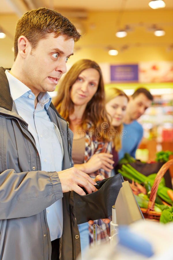 L'uomo al controllo del supermercato ha dimenticato i soldi fotografia stock