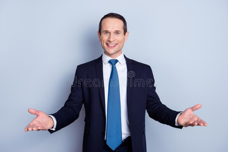 L'uomo allegro e piacevole nell'usura convenzionale con il legame che ha sue mani si apre fotografie stock libere da diritti