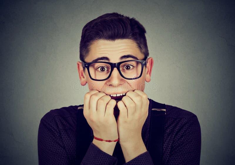 L'uomo ansioso morde le sue unghie fotografie stock libere da diritti
