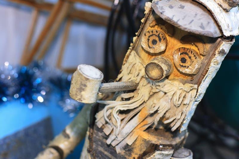 L'uomo anziano con un tubo e una barba è fatto di legno Vecchio Pinocchio fotografia stock libera da diritti