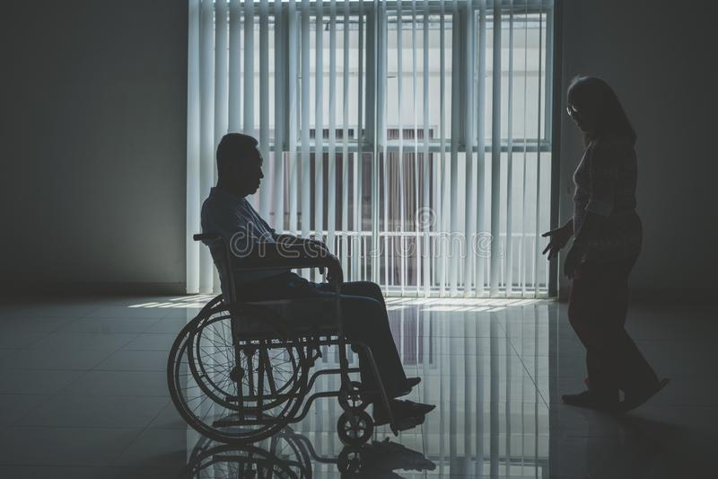 L'uomo anziano disattivato ha rimproverato dalla sua moglie fotografia stock