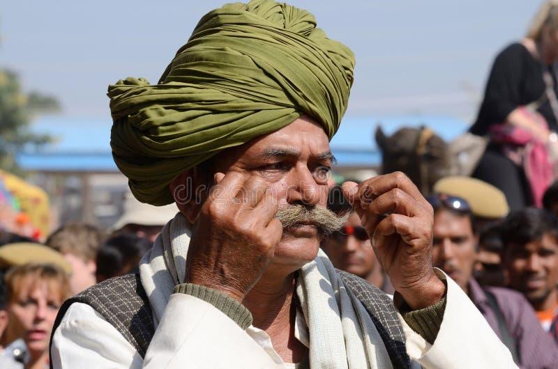 L'uomo anziano mostra i suoi baffi alla concorrenza dei baffi alla fiera del cammello di Pushkar, Ragiastan, India immagine stock