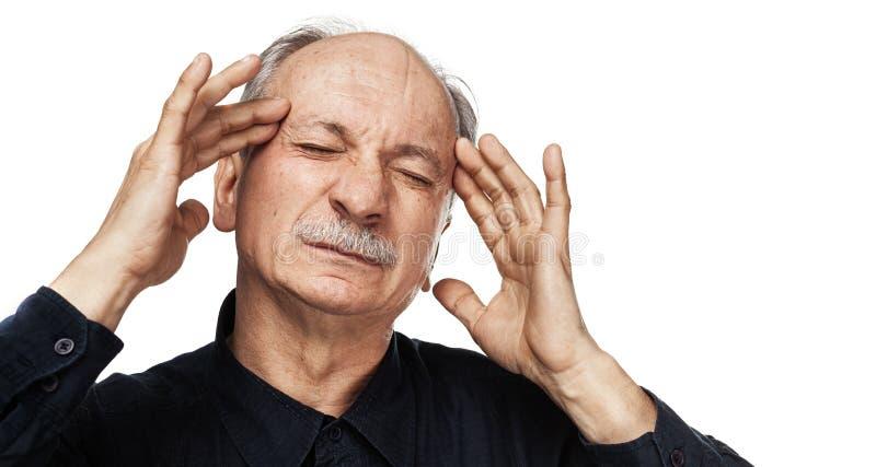 L'uomo anziano soffre dall'emicrania immagine stock