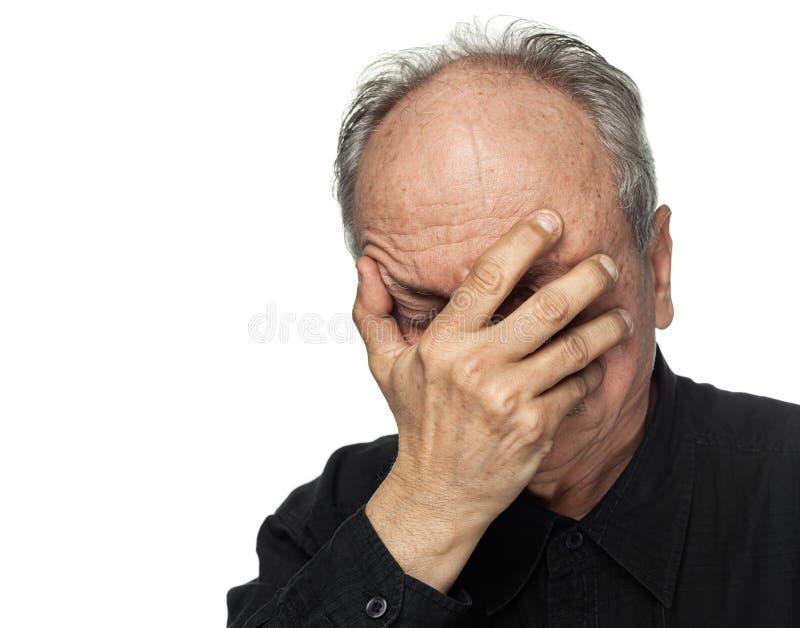 L'uomo anziano soffre dall'emicrania fotografia stock