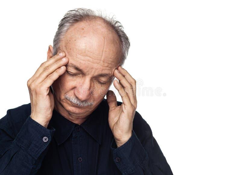 L'uomo anziano soffre dall'emicrania fotografia stock libera da diritti