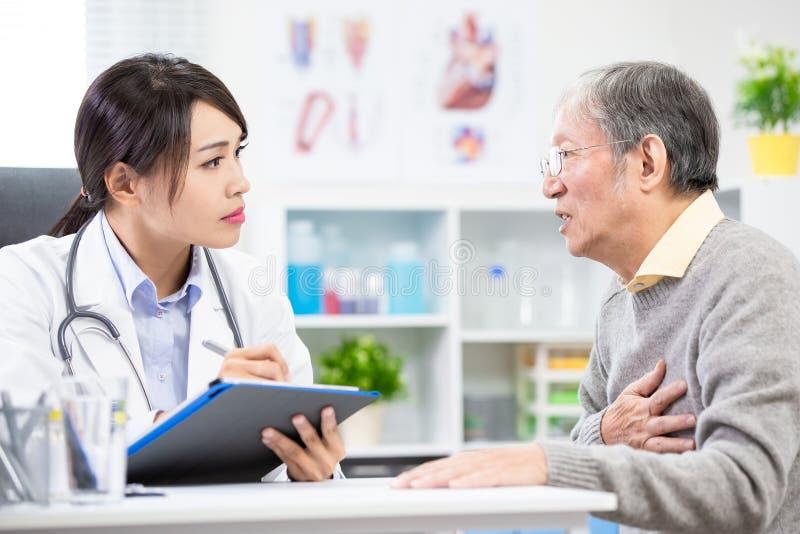 L'uomo anziano vede il medico femminile fotografia stock libera da diritti