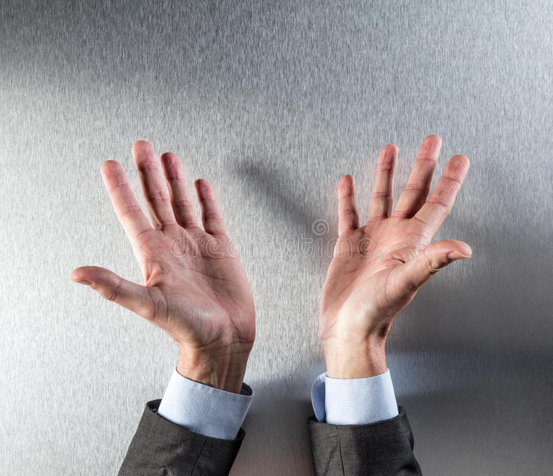 L'uomo aperto del politico o corporativo passa la mostra la trasparenza o dell'apertura immagini stock libere da diritti
