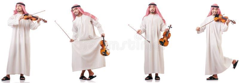 L'uomo arabo che gioca violino isolato su bianco fotografia stock