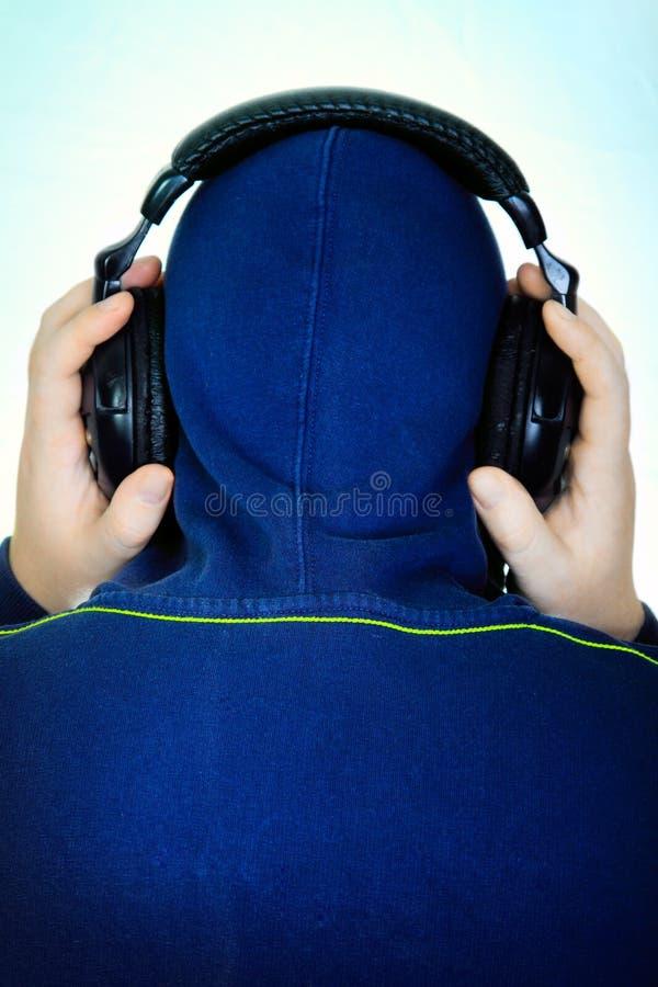 L'uomo ascolta musica immagine stock libera da diritti